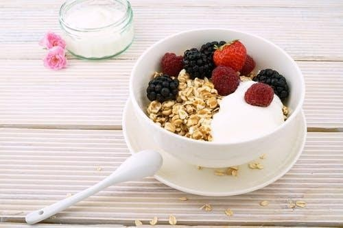 A bowl of yogurt with berries.